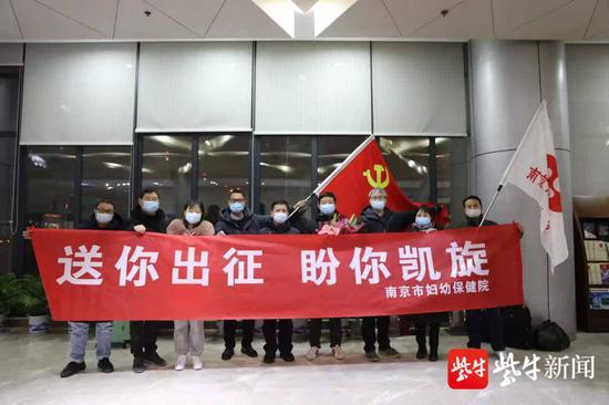 出征,南京医务人员奔赴石家庄支援核酸检测图片