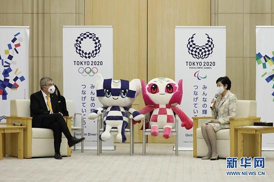 2020年11月16日,国际奥委会主席巴赫(左)与东都门知事小池百合子在漫谈中。 新华社 材料图