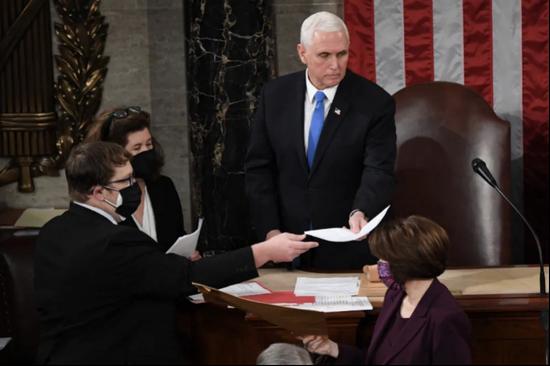 彭斯掌管参众两院联席集会,未几,国会沦亡