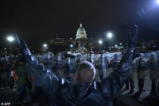 1月6日晚,美国国会四周,国民保镳队出动保持次序。(图:美联社)