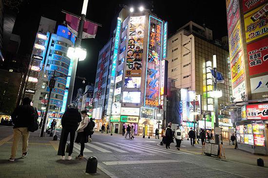 2021年1月5日,日本东京,市民佩带口罩出行。视觉中国 图