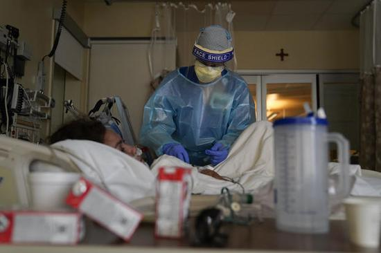 美国疫情经历最致命一周:超2.2万人死亡