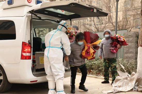 1月14日,河北首批新冠肺炎治愈患者被送到石家庄市第五医院,将在这里进入14天的康复阶段。石家庄市第五医院供图