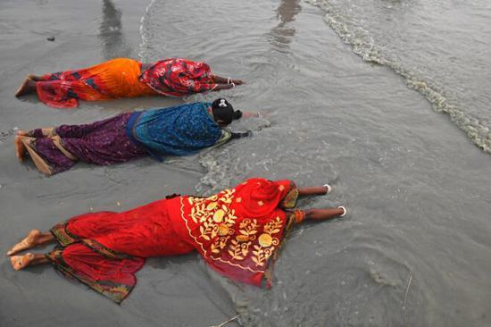 数百万印度民众无视疫情进恒河朝圣:河神会护佑我们