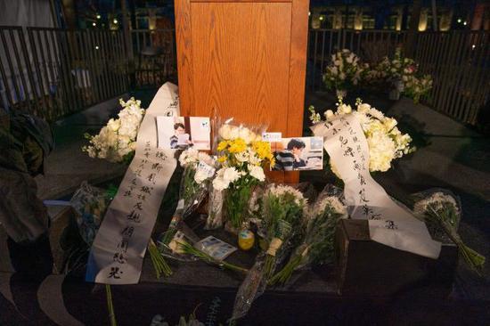 遇害中国博士父母抵美:冒雨出席校园追悼会 诺奖得主中文致哀(图)图片