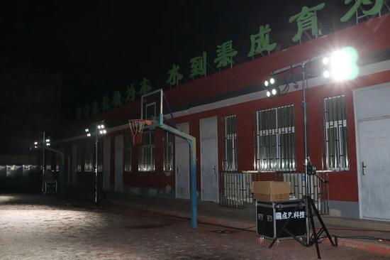 夜幕降临,北京大兴居民给核酸检测点送来专业照明灯图片