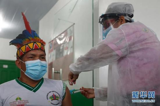 巴西亚马孙州塔巴廷加市,医护职员为 一。名原居民接种中国新冠疫苗。图源:新华社