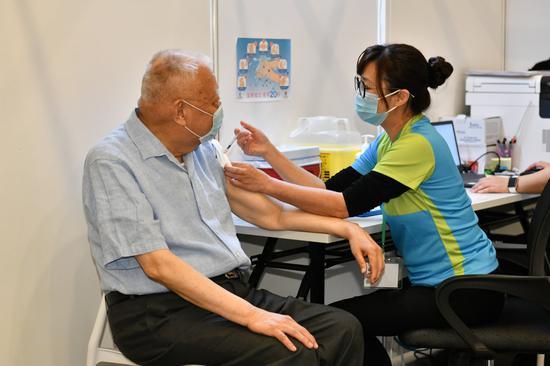 香港前特首董建华接种国产疫苗 直言感觉良好图片