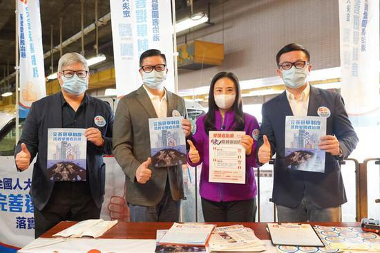 入境处处长区嘉宏(左一)、警务处处长邓炳强(左二)及海关关长邓以海(右)到街站签名支持完善香港选举制度。(文汇报)