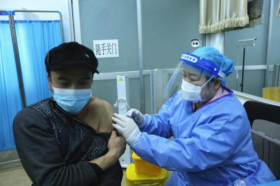 北京怀柔区开设新冠疫苗接种夜场图片