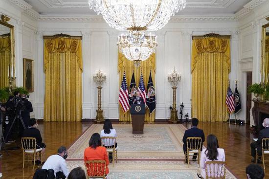 (图说:拜登在白宫东厅举办了上任首场总统记者会。图/AP)