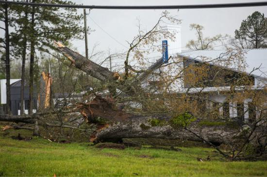 美国遭龙卷风和风暴侵袭 多个州发生大规模停电