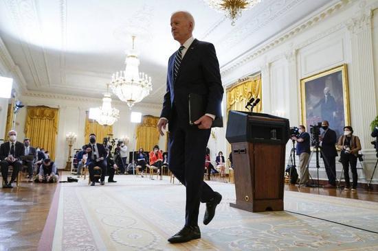 (图说:记者会竣事,拜登脱离白宫东厅。图/AP)