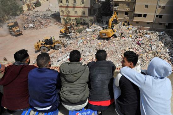 埃及首都居民楼倒塌16人死亡 十层建筑转眼成废墟