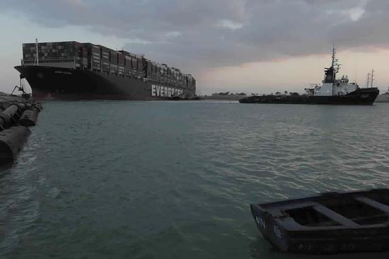 外媒:苏伊士运河搁浅货轮已启动引擎 将接受检查