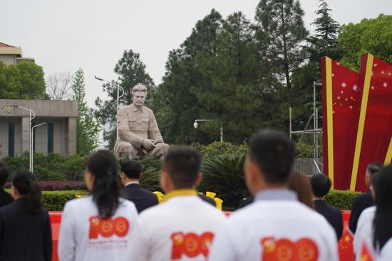 ↑2021年4月2日,人们在江西省南昌市方志敏广场加入怀念运动,想念先烈,开展党史进修教诲。