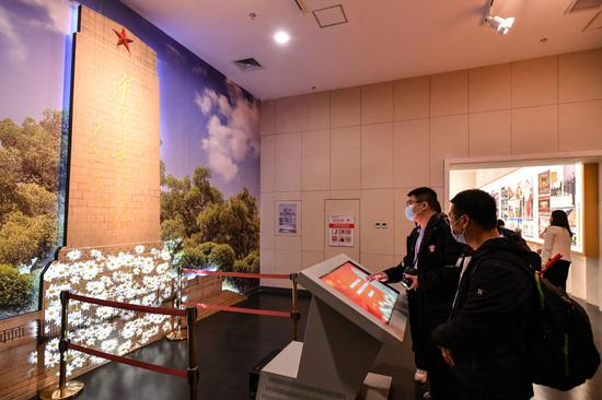 ↑2021年4月2日,观光者在山东济南战争怀念馆内进修党史、想念先烈。