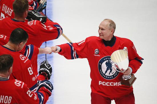 普京参加冰球大赛一人打进8球 所在球队获胜