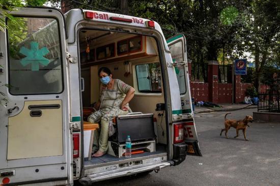 拯救谁放弃谁?疫情之下印度医生每天都在痛苦中抉择