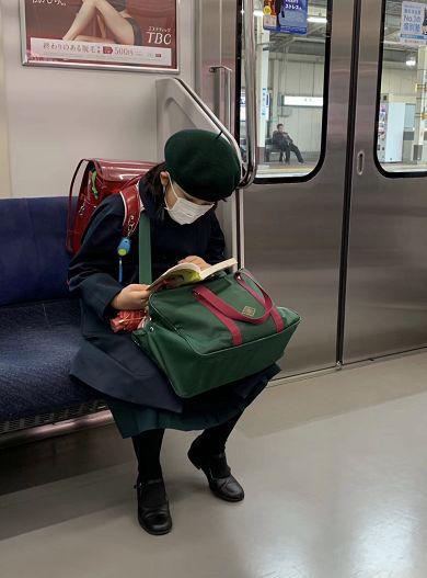在地铁上的一位日本学生