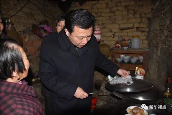 2016年1月27日,杨汉军看望郭桂荣老人
