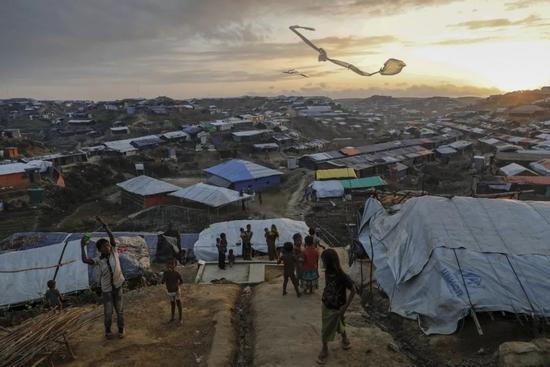 2017年12月10日,在考克斯的巴扎尔附近的Kutupalong难民营,罗辛亚难民营的孩子们在放风筝。