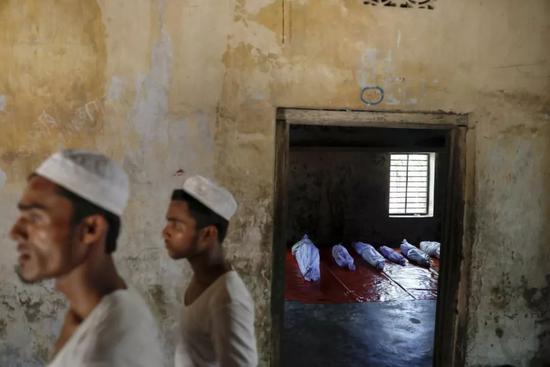 2017年10月9日,在孟加拉国的考克斯市附近的Teknaf,一群罗兴亚难民在逃离缅甸时遇难,他们的尸体被安置在当地的madrasa地区。