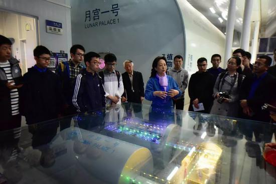 """""""月宫一号""""总设计师、首席科学家刘红教授为观众讲解。"""