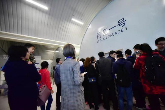 观众分批进入基地参观。
