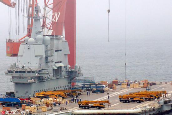 甲板局部,施工人员和海军官兵在甲板上忙碌(图片来源:东方IC)