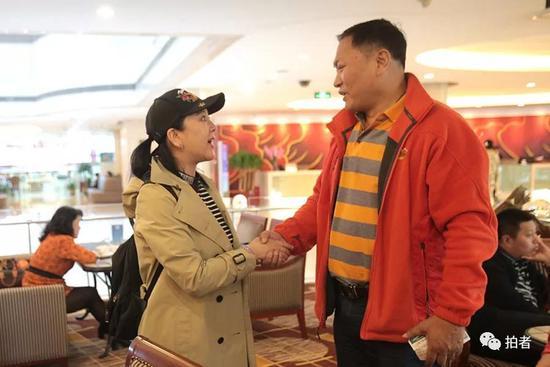 ▲孙二娘饰演者梁丽和杨雄饰演者陈之辉握手。
