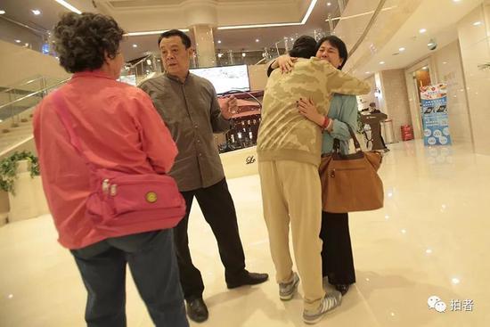 ▲阮小七饰演者李冬果拥抱服装管理老师连琏。