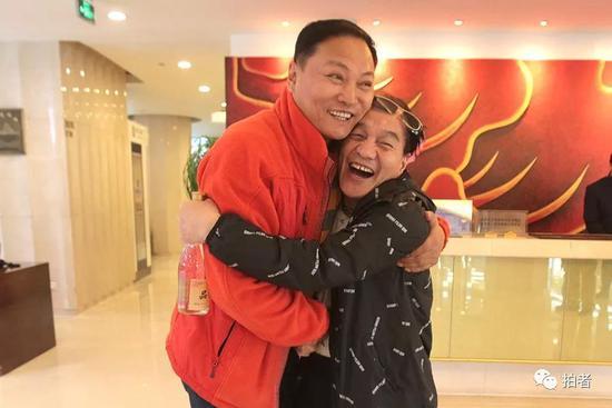 ▲杨雄饰演者陈之辉和时迁饰演者孟耿成拥抱。