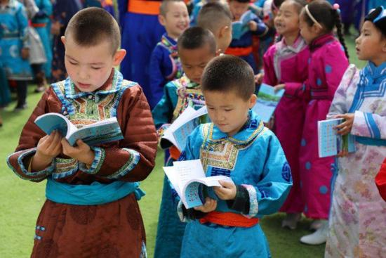 小学生发放、阅读反邪教书籍。