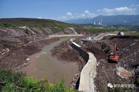 4月16日,水磨溪自然保护区核心区的水磨溪河道被工业园区破坏。 记者黄豁 摄