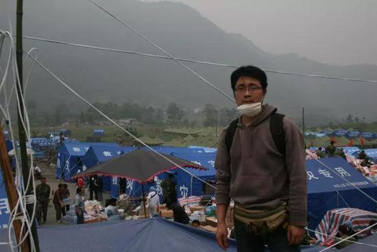 朱红军在龙门山脚下的红白镇,山那边就是北川。受访者供图