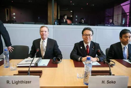 ▲资料图片:3月10日,日本经济产业相世耕弘成(右二)在日美欧会议前与美国贸易代表莱特希泽举行双边会谈。