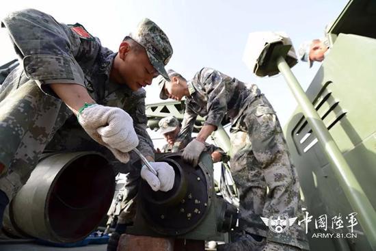 △官兵对装备进行保养维护。黄海摄