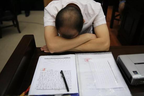 一名被执行人,写好检讨书后,埋头思索