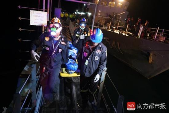 搜救人员把遇难者遗体运往医院。南都记者 张志韬 摄