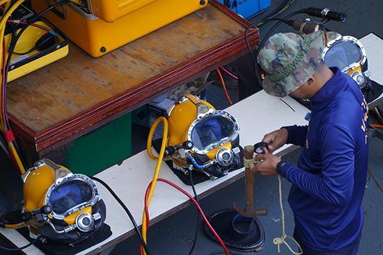 参与搜救的潜水员做准备工作。视觉中国 图