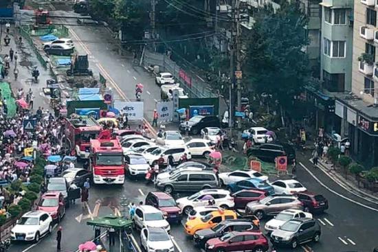 ▲消防车执行任务时被堵,与私家车发生剐蹭后通过。南充市公安局交警一大队事故中队 供图