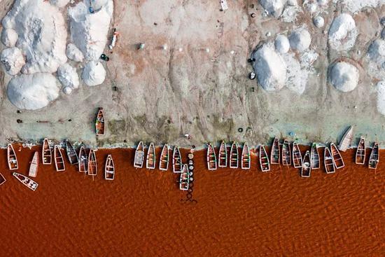 △玫瑰湖:湖里的杜氏盐藻将水变成了粉红色,湖中部分区域盐含量高达40%。距达喀尔市区仅35公里左右路程