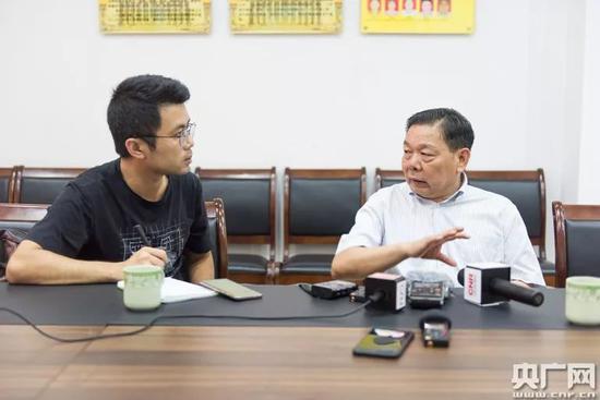 记者采访紫南村党委书记潘柱升(央广网记者官文清摄)
