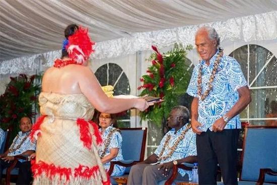 """由于汤加国民瘦削问题严重,波西瓦首相发起""""减肥应战""""。"""