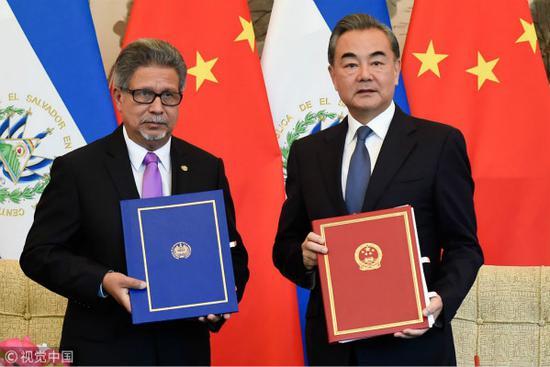 8月21日,国务委员兼外交部长王毅在北京与萨尔瓦多外长卡斯塔内达举行会谈,两国外长签署了《中华人民共和国和萨尔瓦多共和国关于建立外交关系的联合公报》。(图:视觉中国)