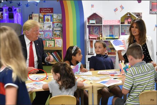 特朗普把美国国旗上原本只有红白两色的宽条涂上了蓝色。(图片来源:推特)