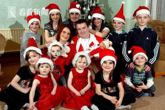 2008年时,夫妇俩和13个孩子的合照