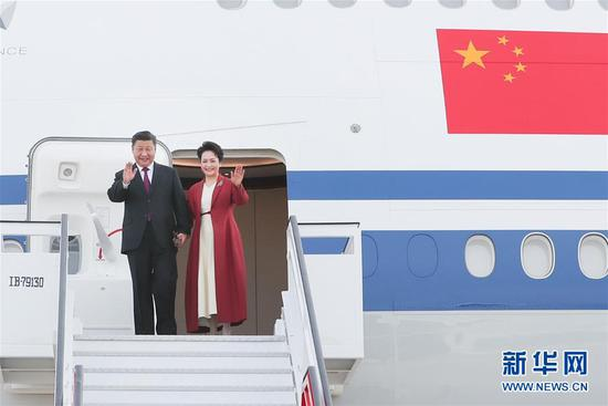 当地时间11月27日,国家主席习近平抵达马德里,开始对西班牙王国进行国事访问。这是习近平和夫人彭丽媛步出舱门。 新华社记者 谢环驰 摄