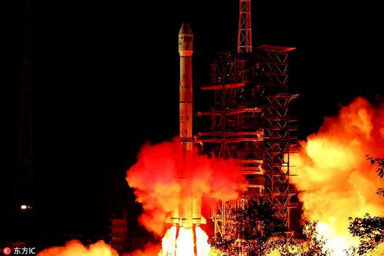 2018年12月8日��搭载嫦娥四号探测器的长征三号乙运载火箭发射��图片来源��东方IC��